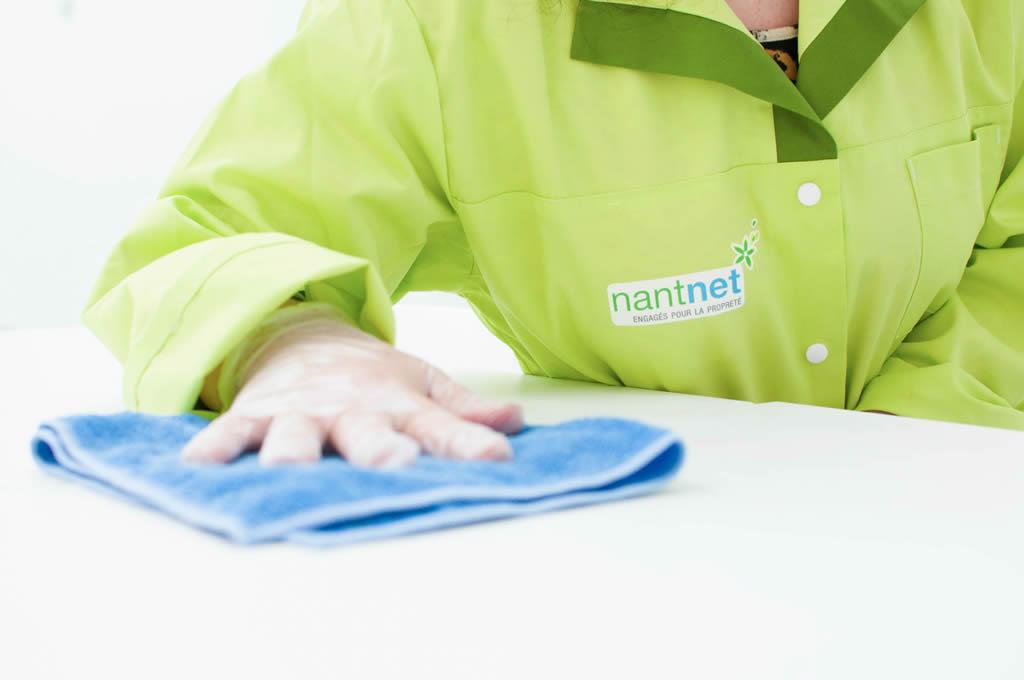 Nettoyage d'un bureau par en employé de Nantnet