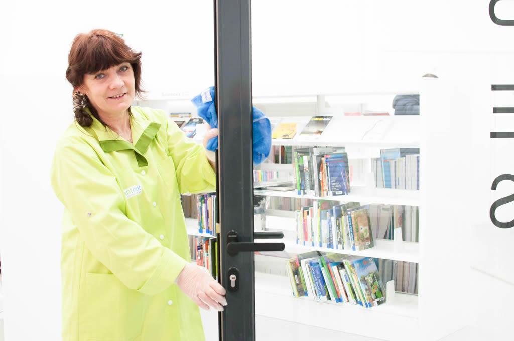 Une employée de Nantnet lavant une vitre intérieure