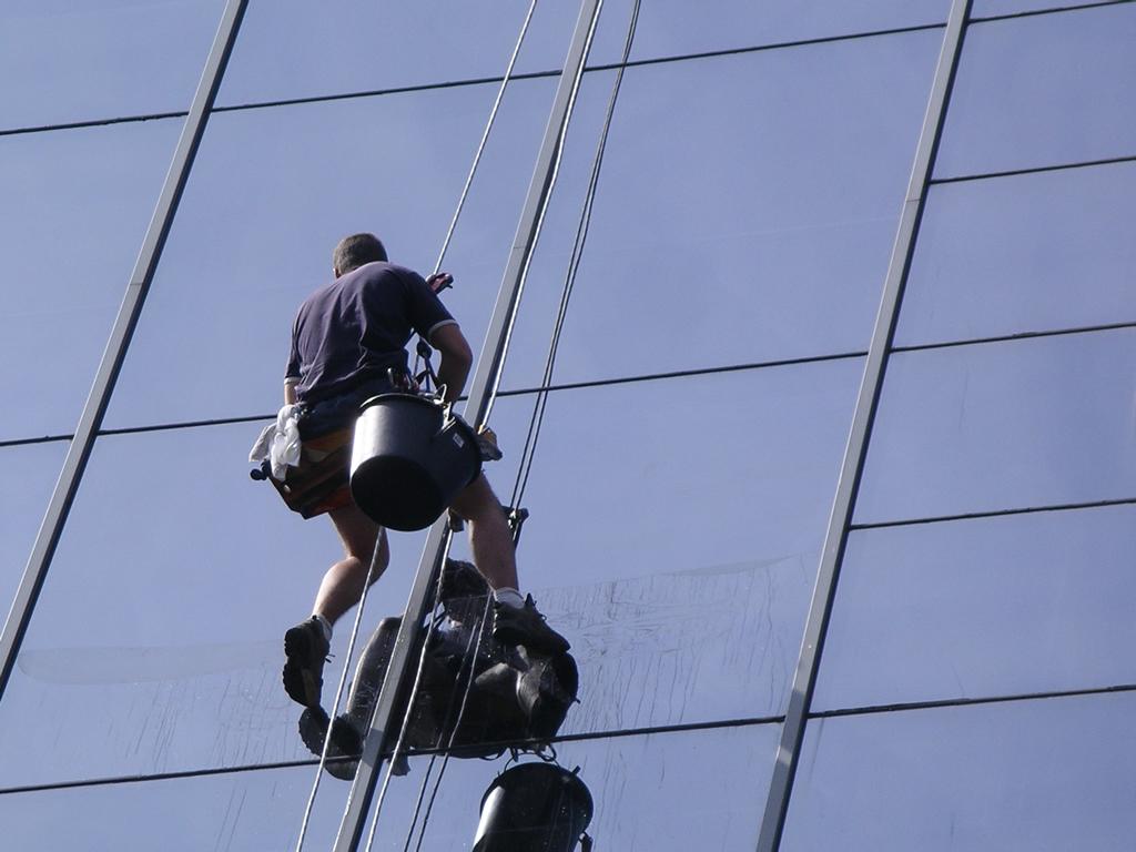 Lavage de vitres de grande hauteur par Nantnet entreprise de nettoyage