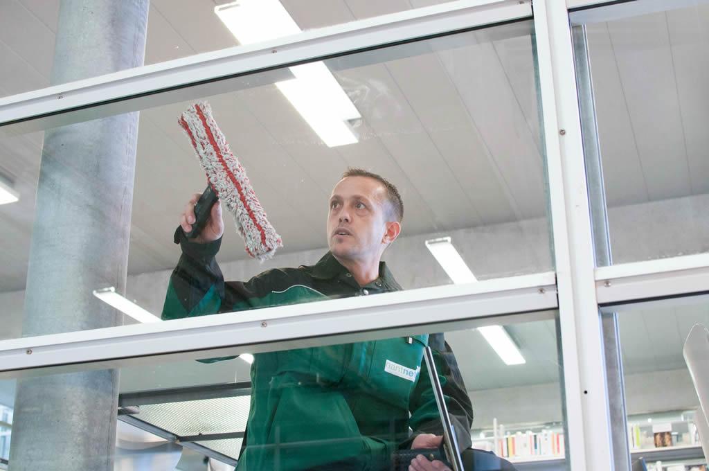 un laveur de vitres de la société Nantnet